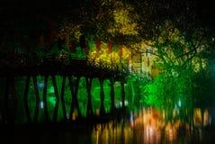 Röd bro i Hoan Kiem sjön på natten, mummel Noi, Vietnam Arkivfoto