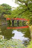 Röd bro i jordningen av den Hirosaki slotten, Aomori, Japan Arkivbild