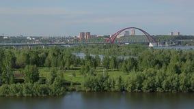 Röd bro i sommarsoluppgången lager videofilmer