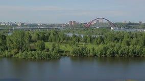 Röd bro i sommarsoluppgången arkivfilmer