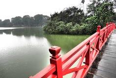 Röd bro in längs fjärden Arkivfoto