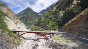 Röd bro med berget bakom Royaltyfria Foton
