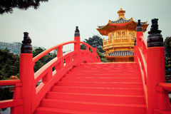 Röd bro och kinesisk guld- paviljong Royaltyfria Foton