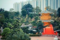 Röd bro och kinesisk guld- paviljong Royaltyfri Foto