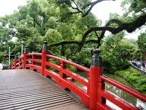 Röd bro på den Dazaifu relikskrin i Fukuoka, Japan Royaltyfria Bilder
