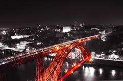 Röd bro på en monochromatic bakgrund Arkivfoton