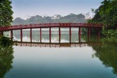Röd bro på Hoan Kiem sjön. Royaltyfri Fotografi