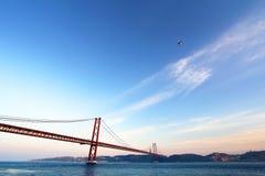 Röd bro på solnedgången, Lissabon, Portugal Arkivbilder