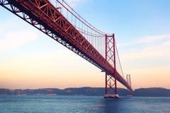 Röd bro på solnedgången, Lissabon, Portugal tappning för stil för illustrationlilja röd Royaltyfri Fotografi
