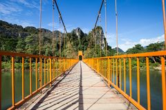 Röd bro på Vang Vieng, Laos Arkivbild