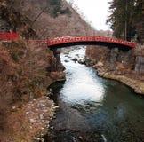 Röd brokorsning flod på Nikko, Japan Royaltyfri Foto