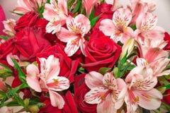 Röd bukett av blommarosor och Alstroemeria Närbild arkivfoton