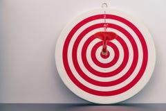 Röd bullseyepil med den röda pilen Royaltyfri Bild