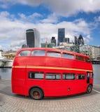 Röd buss för dubbel däckare med moderna skyskrapor i London, England, UK royaltyfri foto