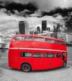 Röd buss för dubbel däckare med moderna skyskrapor i London, England, UK arkivfoto