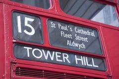 Röd buss för nummer 15 som står högt kullen, London Arkivfoto