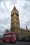 Röd buss framme av Big Ben Royaltyfri Fotografi