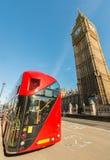Röd buss framme av Big Ben - London - UK Royaltyfria Bilder