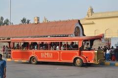 Röd buss på den Ramoji filmstaden, Hyderabad royaltyfri fotografi