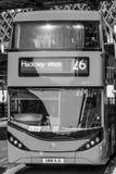 Röd buss som väntar på den Wateroo stationen i London - LONDON - STORBRITANNIEN - SEPTEMBER 19, 2016 Royaltyfria Foton