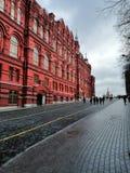 Röd byggnad och trottoar arkivbild