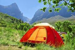 Röd campa tent i dimmiga berg - springtime färgar Royaltyfri Foto