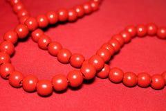 Röd chaplet med stora pärlor arkivbilder