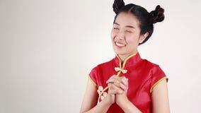Röd cheongsam för kvinnakläder i begrepp av det lyckliga kinesiska nya året