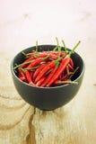 Röd chili i en svart bunke Royaltyfri Foto