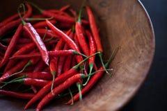 Röd chili i en träbunke Arkivbilder