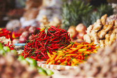 Röd chili på gatamarknaden Arkivfoto
