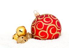 Röd Chritsmas boll och guld- klockor Royaltyfria Foton