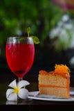 Röd citronsodavatten på exponeringsglas och bageri Arkivfoto