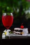 Röd citronsodavatten på exponeringsglas och bageri Arkivfoton