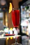 Röd coctail i ett champagneexponeringsglas Royaltyfri Fotografi