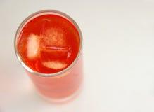 Röd coctail i högväxt exponeringsglas arkivfoto