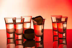 Röd coctail i skottexponeringsglas royaltyfri fotografi