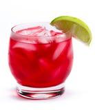 Röd coctail med en limefrukt royaltyfri bild