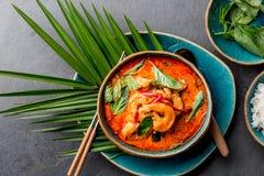 RÖD CURRY FÖR THAILÄNDSKA RÄKOR Soppa för curry Thailand för thailändsk tradition mjölkar röd med räkaräkor och kokosnöten Panaen arkivbilder