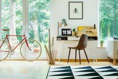 Röd cykel i arbetsområde arkivfoton