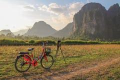 Röd cykel och berg Royaltyfri Bild