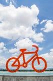 Röd cykelcirkulering och bluesky Arkivfoto
