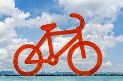 Röd cykelcirkulering och bluesky Arkivbilder