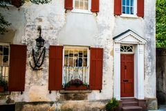 Röd dörröppning och röda slutare royaltyfri fotografi