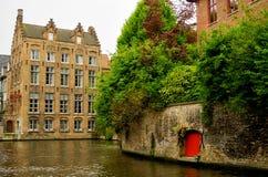 Röd dörr Bruges, Belgien Arkivfoto
