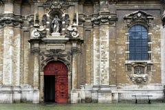 Röd dörr i den gamla kyrkan Arkivbild