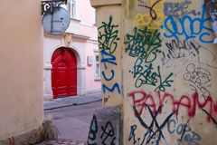 Röd dörr i prague royaltyfria foton