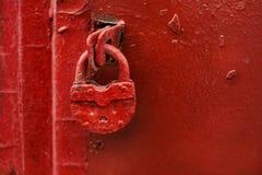 Röd dörr med det röda låset royaltyfria bilder