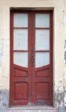 Röd dörr ridit ut trä Royaltyfri Foto