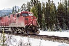 Röd diesel- lokomotiv i rörelse Royaltyfri Foto